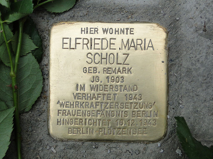 Памятная табличка Эльфриде Шольц.