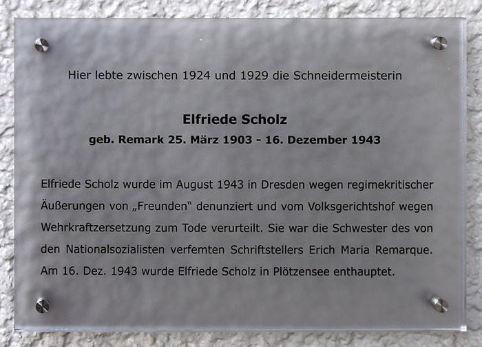 Памятная табличка Эльфриде Шольц в Дрездене.