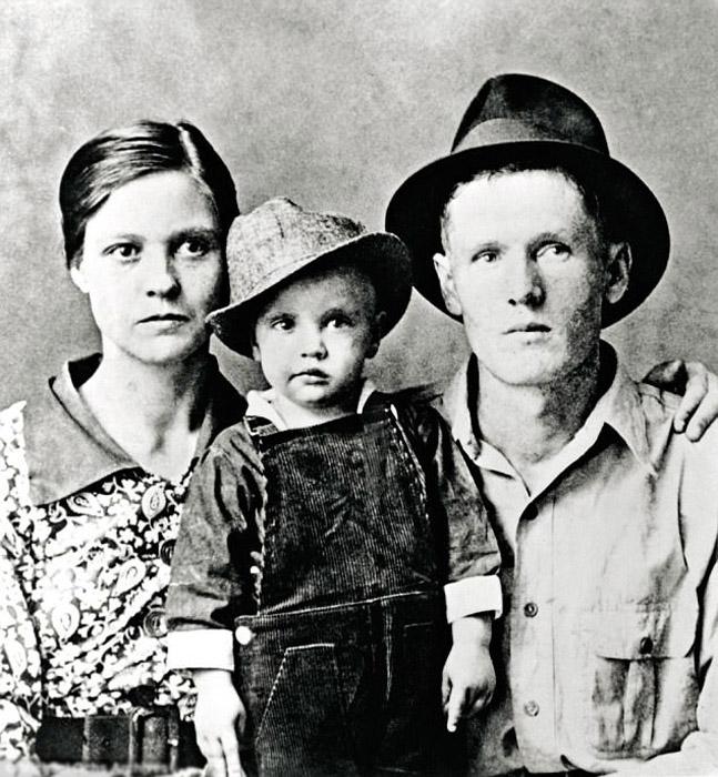 Двухлетний Элвис со своими родителями.