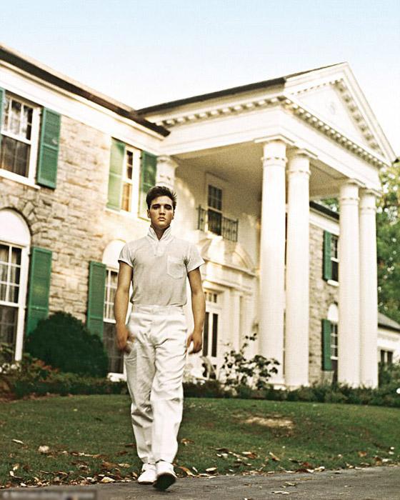 Перед своим поместьем Грейсленд, который Элвис купил за  $102 500.