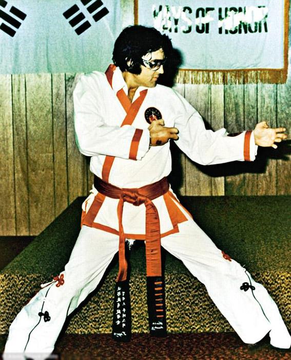 За год до смерти. Элвис поет и занимается карате.