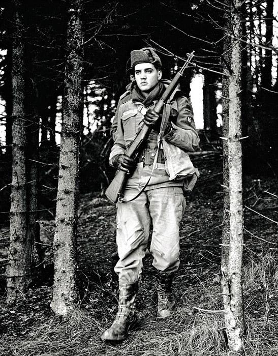 1958, Элвис на службе в армии. Его часто посылали на учения, чтобы держать подальше от толп фанаток.