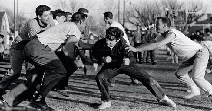 1956 год, Элвис играет в американский футбол.