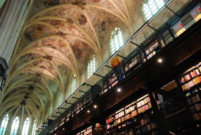 Книжный магазин в церкви.