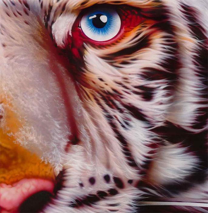 Эйан Хоггинс Джонезис рисует масляными красками с помощью аэрографа.