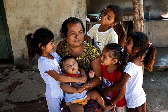 Традиционно фаафафине помогают в хозяйстве по дому, заботятся о больных и стариках.