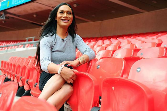 Фаафафине, поддерживающая местную футбольную команду.