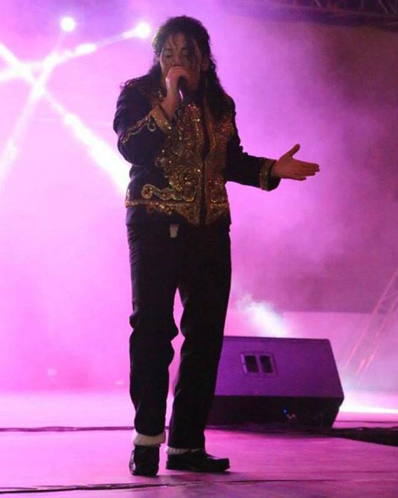 Микки Джей намеренно изменила свою внешность, чтобы выступать, как воплощение знаменитого певца.