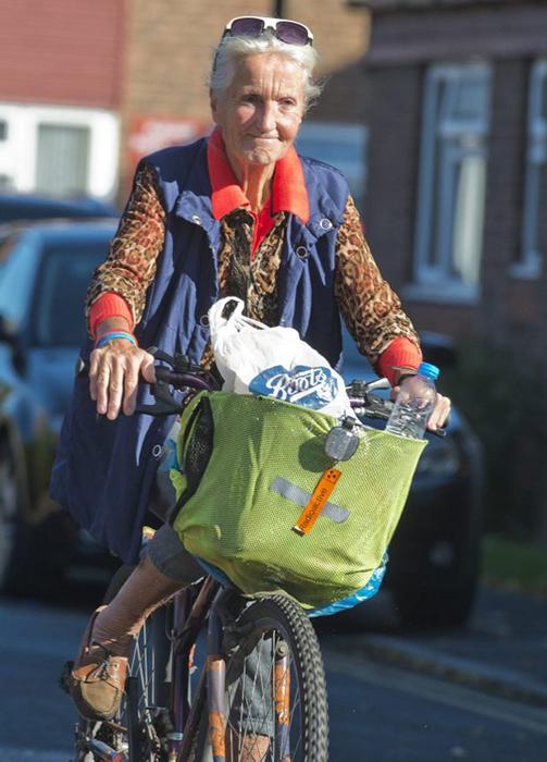 Тереза возвращается домой на велосипеде.