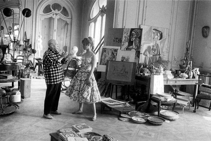 Пабло Пикассо в своей студии вместе с Бриджит Бардо.
