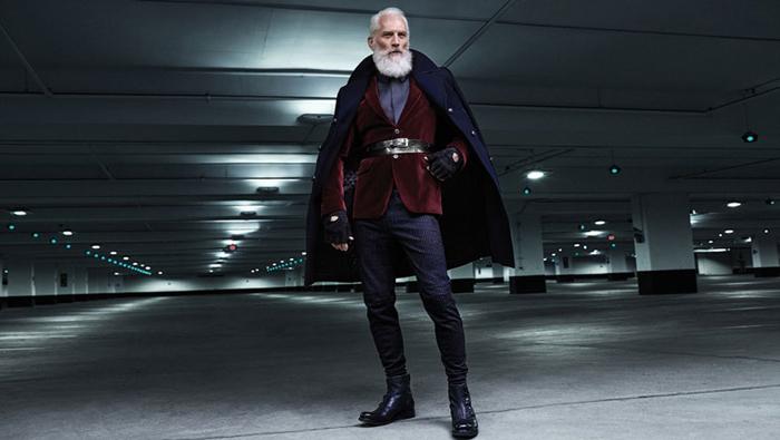 Хипстерский Санта помогает собрать деньги на благотворительность.