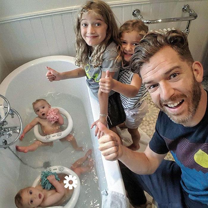 Все вместе в ванной комнате. Instagram father_of_daughters.