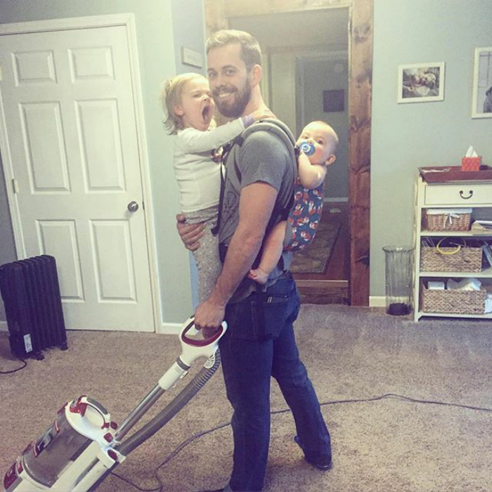 Обязанности отца и мужа в действии. Вот настоящий вызов. Нужно одеть малышей, при этом не выпуская младенца, и пропылесосить квартиру. Instagram dontforgetdad.
