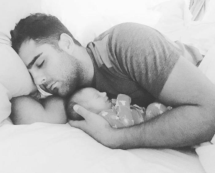 Спать в обнимку, боясь пошевелиться. Instagram dontforgetdad.