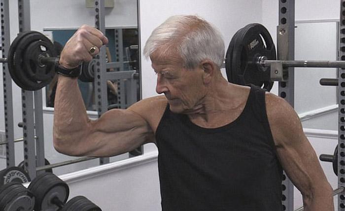 81-летний Джон качает бицепсы.