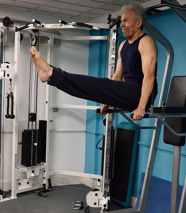 75-летний Тед Поллард демонстрирует свое физическое состояние.
