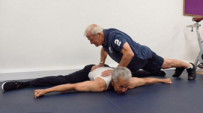 Сейчас оба дедушки тренируются в одном спортзале.