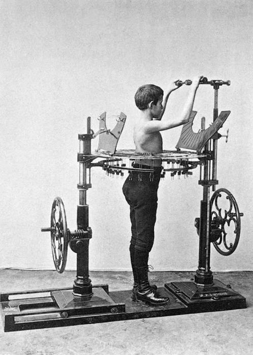 С помощью этого чудесного аппарата посетители Института Зандера могут измерять изменения своего тела.