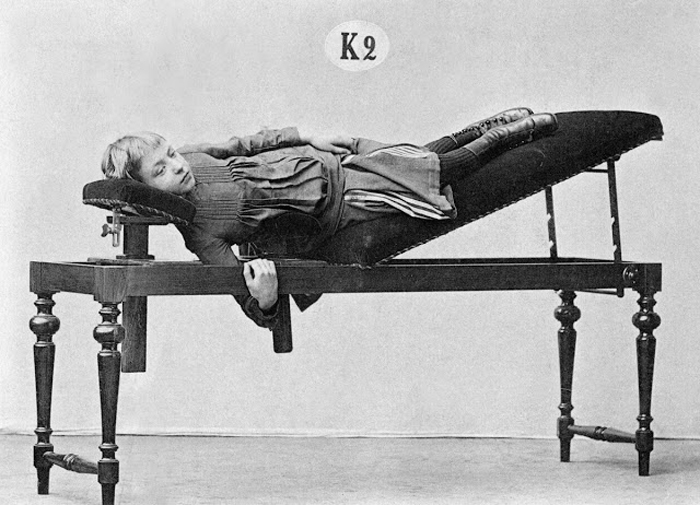 Это может выглядеть, как покрытый бархатом обеденный стол, однако этот аппарат позволяет скорректировать мышцы, поддерживающие позвоночник.
