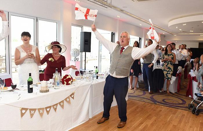 Отец невесты радуется победе английской сборной.