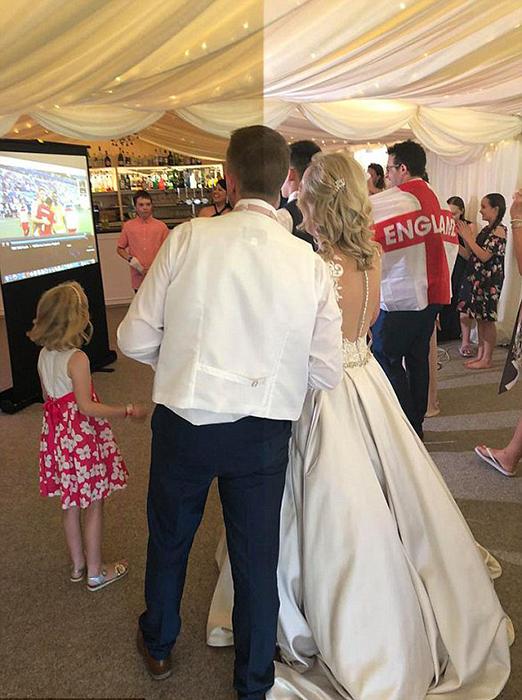 На этой свадьбе молодожены были самыми ярыми болельщиками своей сборной.