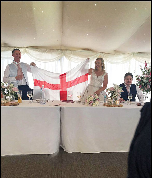 43-летняя Луиза и 47-летний Тони также смотрели футбол во время собственной свадьбы.
