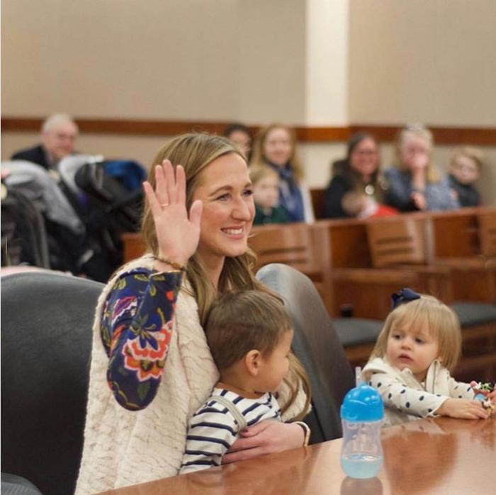 На суде по делу об удочерении Ханны.