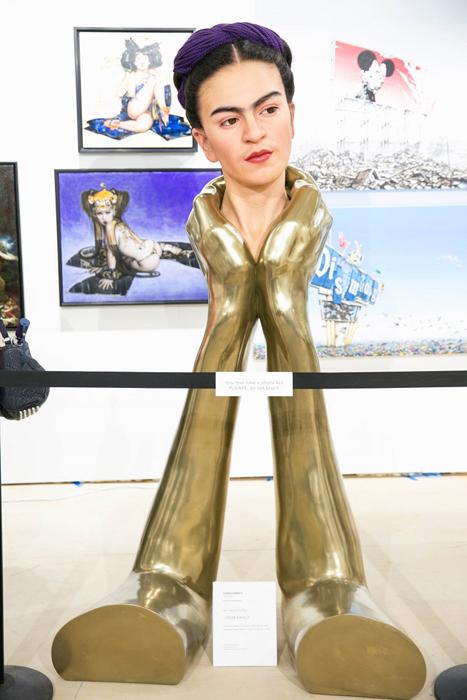 Золотые ладони, держащие художницу. Автор: Kazuhiro Tsuji.