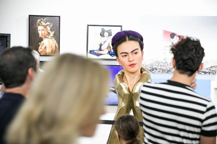 Бюст Фриды Кало, стоящий в галерее.  Автор: Kazuhiro Tsuji.