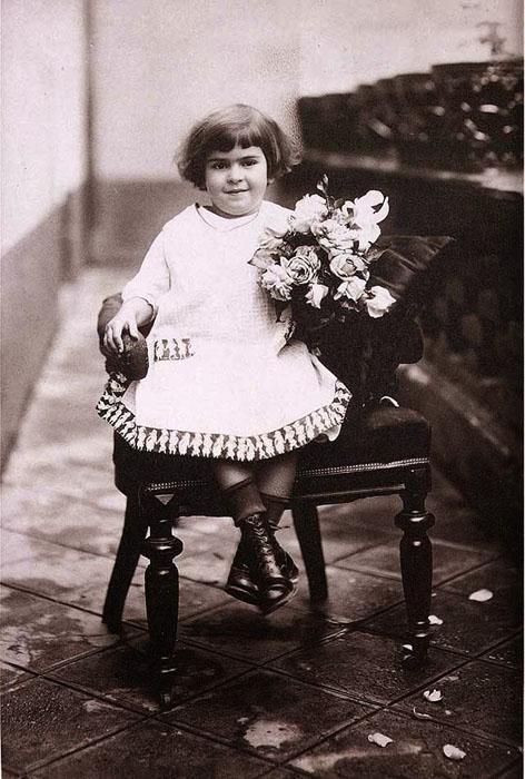 Маленькая Фрида с цветами (дата неизвестна).