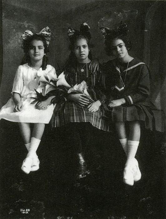 Фрида (справа) в возрасте 12 лет, ее сестра Кристина (слева) и лучшая подруга Изабель Кампос (в центре), 1919г.
