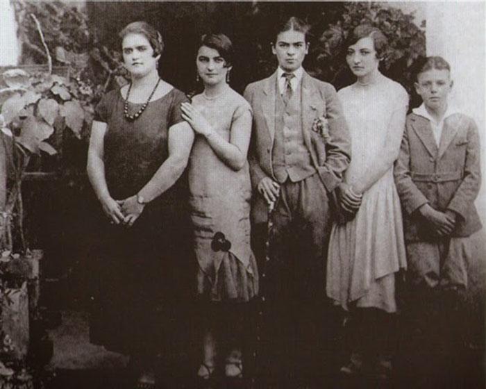 Фрида в мужском костюме (в центре) с сестрами Адрианой и Кристиной, а также кузенами Кармен и Карлос Вераса, 1926г.