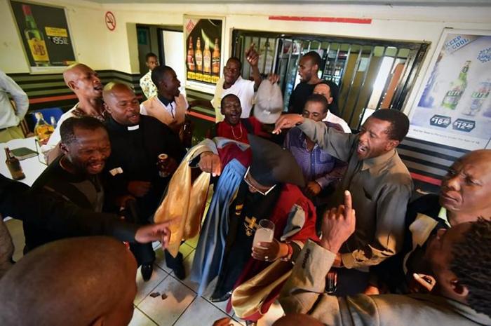 В церкви рады всем, но женщинам и детям пока запрещено появляться на службах.