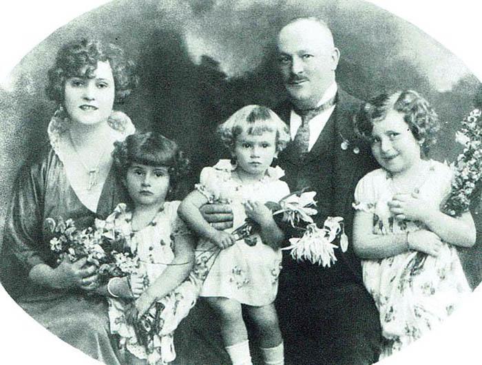 Вилмош и Джоли со своими детьми.