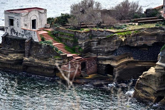 Острова у берега Италии.