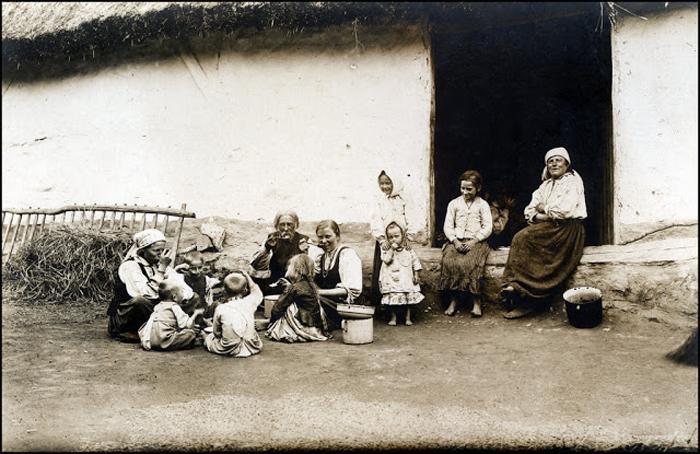 Надпись на обороте фотографии: *Милая польская семья за обедом.*