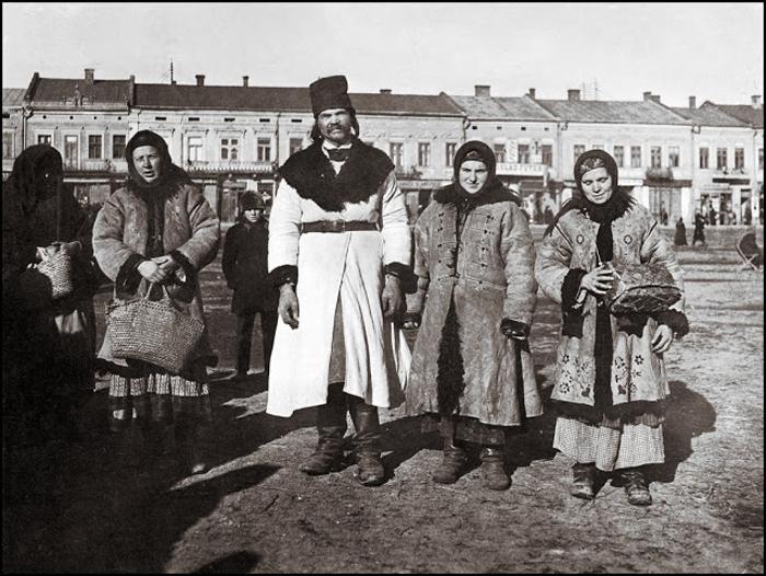Надпись на обороте фотографии: *Русины в воскресное утро*.