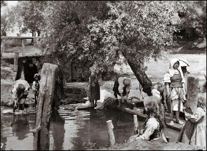 Прачки на реке. Галиция, ок.1920г.