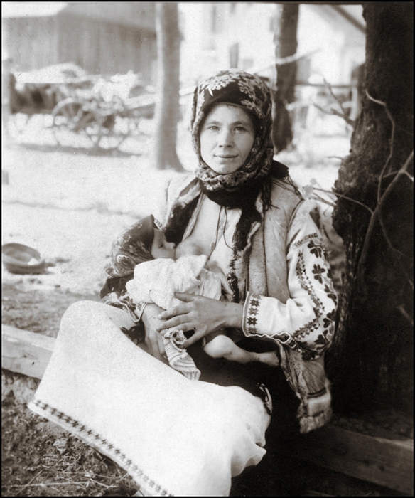 Молодая мать кормит ребенка грудью. Галиция, ок.1920г.