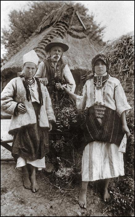Жители села в национальных костюмах. Рогатин, ок.1920г.