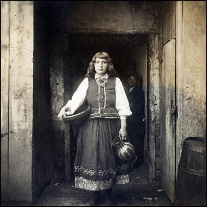 Надпись на обороте фотографии: *Самая красивая полячка в Галиции. Она заговорила со мной, когда я купил у нее этот снимок в Бурштине. Разве она не похожа на немку? Ей не хватает пьедестала, на котором бы она отлично смотрелась.*