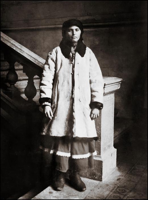 Надпись на обороте фотографии: *Женщина в меховом пальто. Мне нравится ее меланхоличное выражение лица, есть в этом что-то торжественное.*