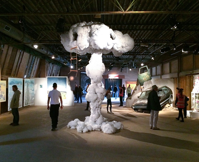 Dietrich Wegner инсталляция *Playhouse* - домик для игр внутри облака от взрыва.