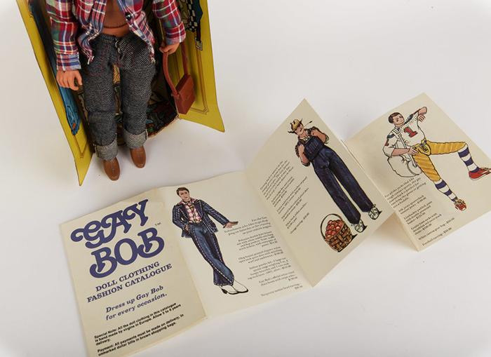 Вместе с куклой шел бумажный проспект с манифестом и фотографиями нарядов, которые можно было заказать отдельно по почте.