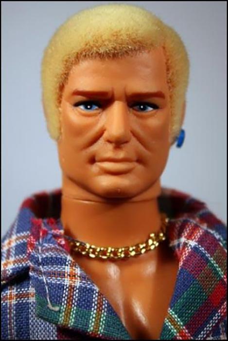 Гей Боб (Gay Bob) получил внешность «мужчины, похожего одновременно на Пола Ньюмана и Роберта Редфорда».