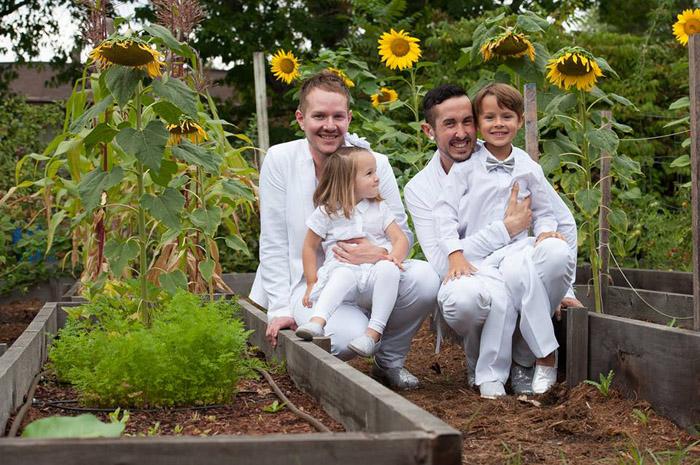 Тристан и Бифф со своими приемными детьми Райли и Хайли.