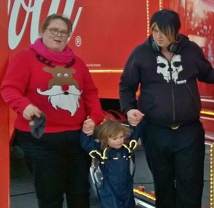 Никки и Луис со своим сыном.