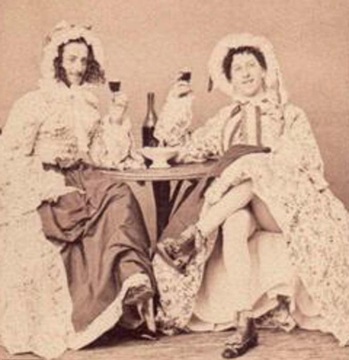 Два неизвестных мужчины в женских платьях. 1860-й год.