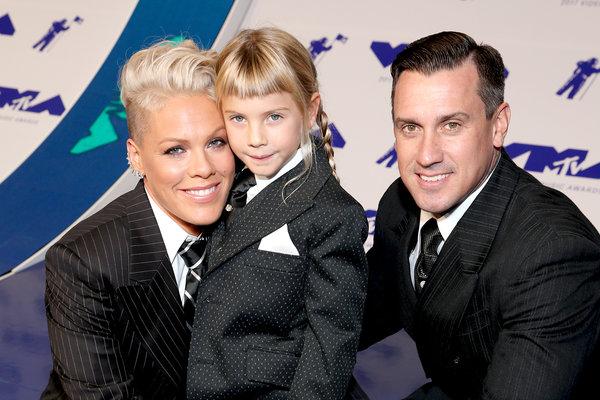 Пинк растит своих детей гендерно-нейтральными.