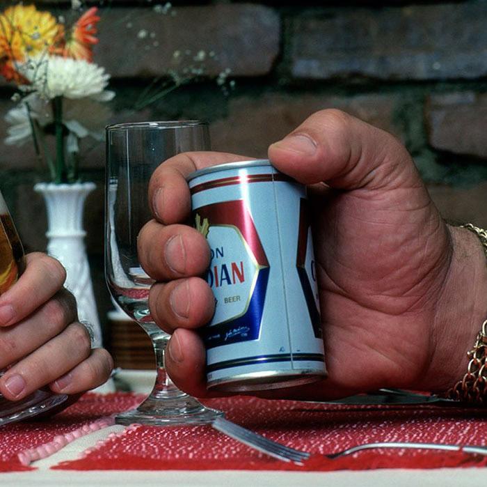 Обычная банка пива в руке Андре Гиганта.
